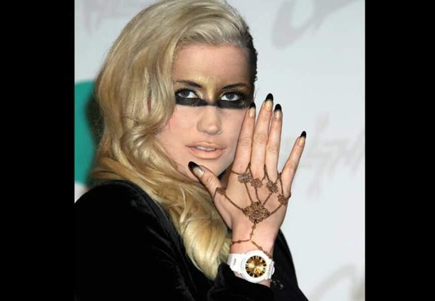 La chanteuse assortie son make-up à ses ongles