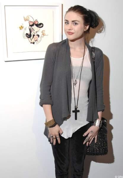Jeune fille sage lors de la présentation de l'exposition de Camille Rose Garcia à Los Angeles.