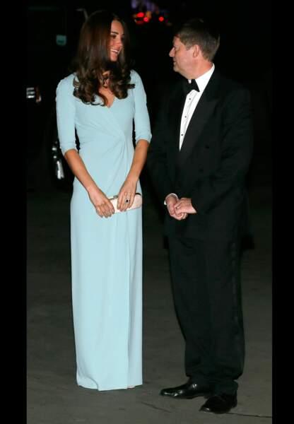 Sa longue robe lui donne des airs de vestale