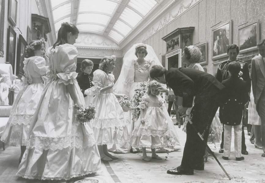 Le prince Andrew et le prince Charles briefent les enfants d'honneur