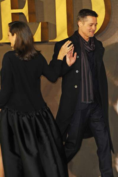 """Marion Cotillard et Brad Pitt échangent un """"check"""" amical sur le tapis rouge, à Londres"""
