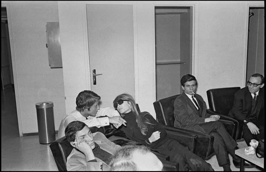 Les deux amoureux, dans les coulisses d'une émission de télévision, se préparent à l'enregistrement. 1967