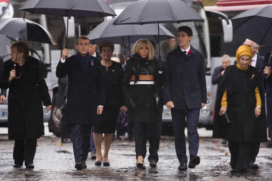 Brigitte Macron portait un manteau Louis Vuitton.