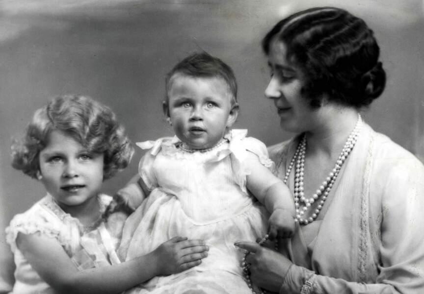 La future Reine Elisabeth, sa soeur Margaret et leur mère