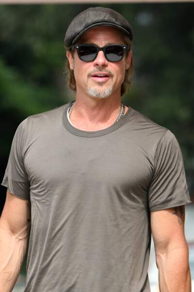 Brad Pitt 55 anss et plus sexy que jamais avec sa barbe de trois jours et son corps musclé
