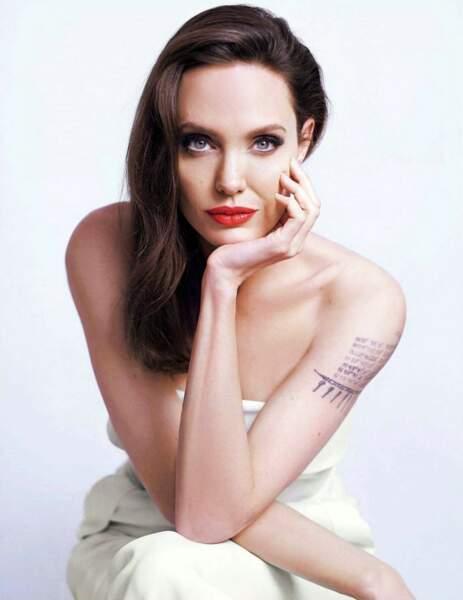 Un regard pétillant comme Angelina Jolie avec un crayon éclat