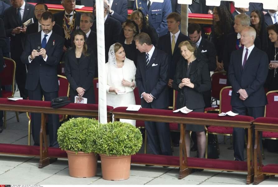 Felipe et Letizia d'Espagne en noir avant qu'ils ne soient souverains, tandis que la grande duchesse est en blanc