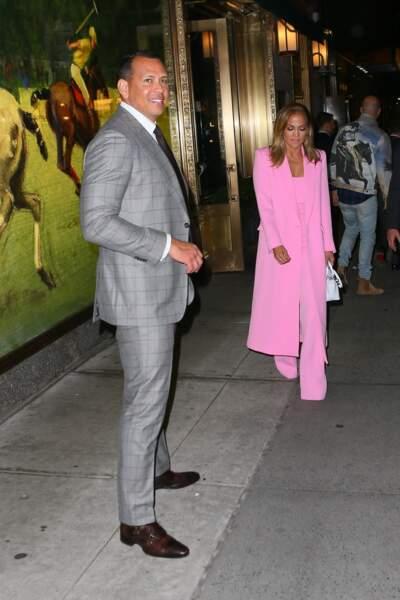 Pour l'occasion, Jennifer Lopez portait un costume rose flashy
