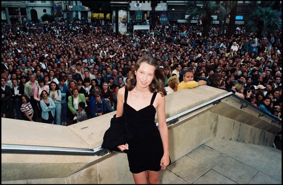 """À 13 ans, Laura Smet monte les marches du festival de Cannes  pour la présentation du film """"Les Voleurs"""" (1996)"""
