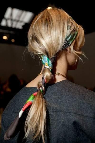 Attacher le foulard comme un headband puis enroulez le reste dans votre queue de cheval