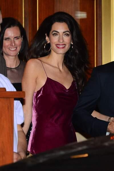 Amal Clooney, sublime en robe en velours