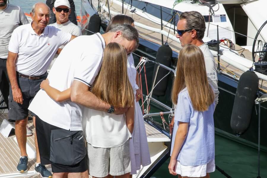 """Felipe VI, un papa calin pour ses filles Leonor et Sofia lors de la course de voile """"Copa del Rey"""""""