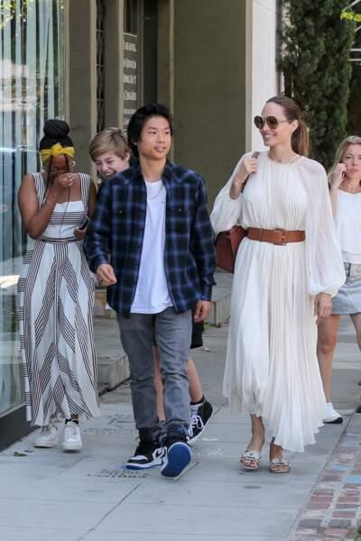 Angelina Jolie portait une longue robe blanche ceinturée à la taille
