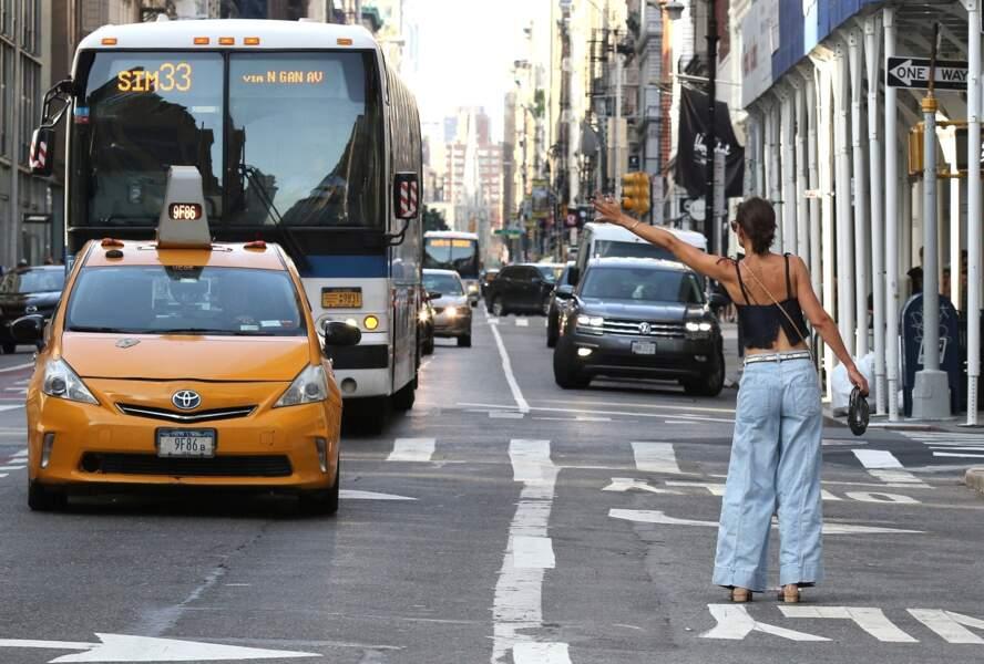 À la fin de leur shopping, Katie Holmes et sa fille, Suri, ont tenté d'appeler un taxi