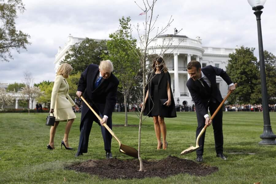 Ils ont planté un chêne, symbole de leurs relations cordiales.