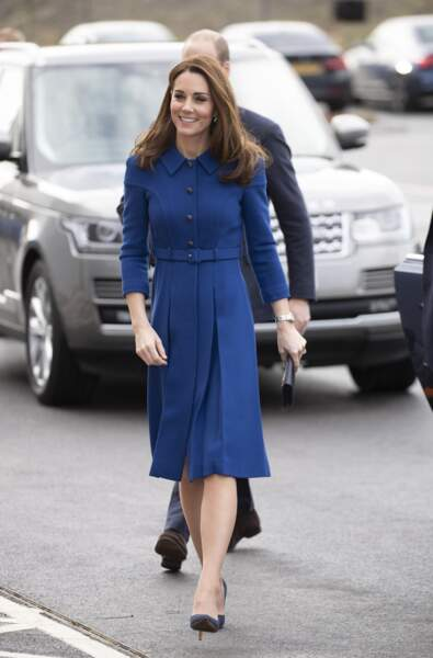 Kate Middleton radieuse dans une robe bleu roi très élégante