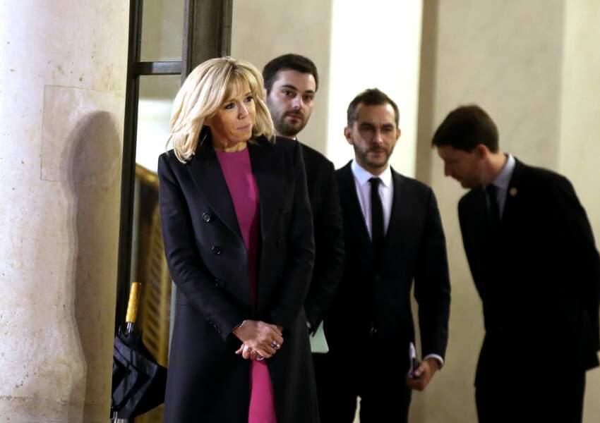 Brigitte Macron, dans le froid, sur le perron de l'Elysée ce 23 janvier