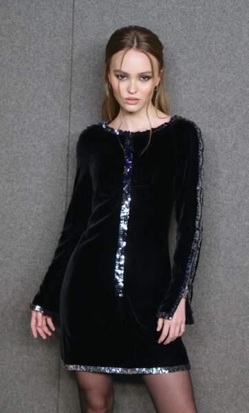 Lily-Rose Depp en robe courte scintillante chez Chanel