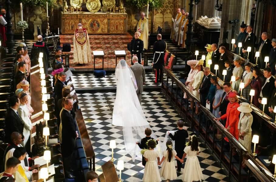 Meghan, au bras du prince Charles, rejoint Harry devant l'autel pour la cérémonie de son mariage, le 19 mai 2018