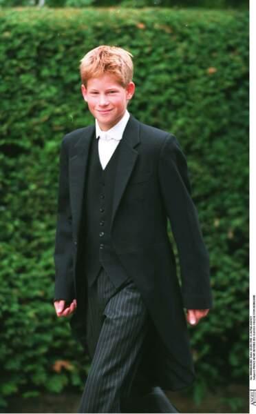 Harry, en costume à queue de pie, fait sa rentrée au prestigieux collège d'Eton, en 1998