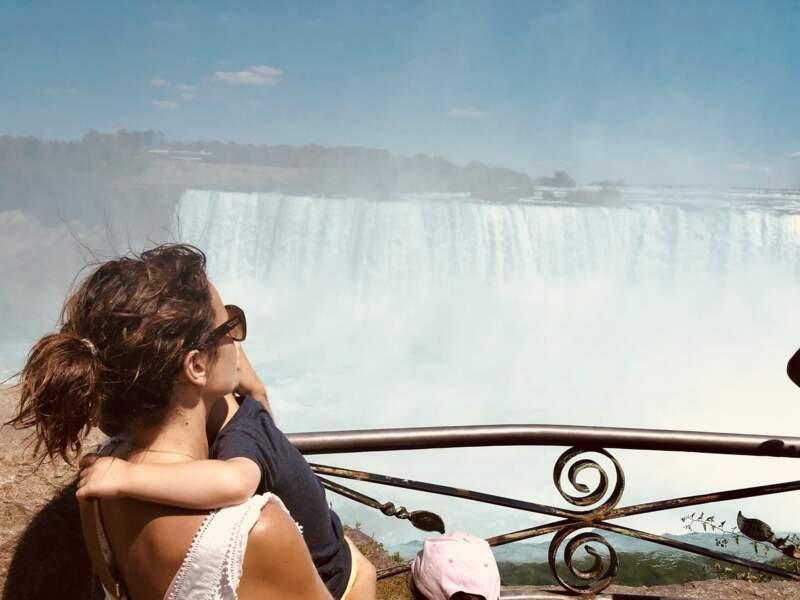 Faustine Bollaert et son fils Peter dans les bras, devant les chutes du Niagara