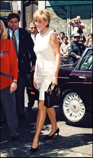 La princesse Diana en robe blanche, à Buenos Aires, en 1995