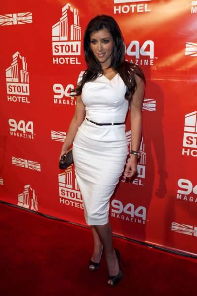 Kim Kardashian, l'une des premières stars a avoir foulé le tapis rouge dans la robe classique et chic de Black Halo