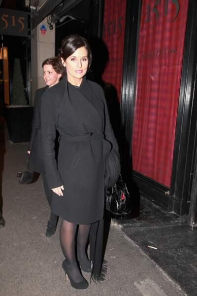 Faustine Bollaert élégante avec un long manteau noir d'hiver à Paris le 8 mars 2012