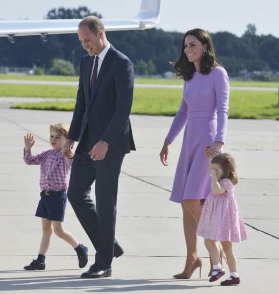 La famille à l'aéroport d'Hambourg après leur visite officielle en Allemagne.