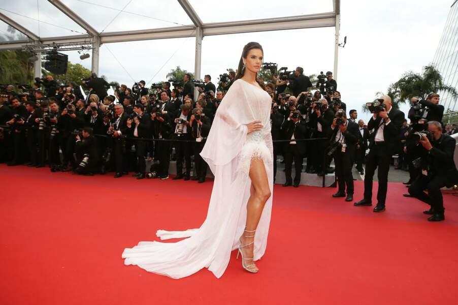 Alessandra Ambrosio a tout de même dévoilé une jolie gambette ce 14 mai