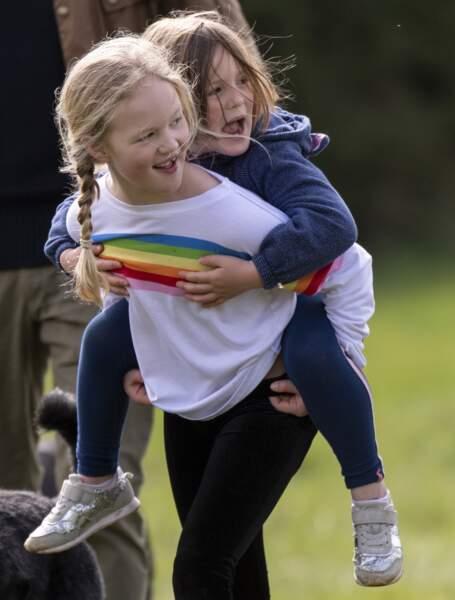 Savannah Phillips et sa cousine Mia Tindall passent la journée au centre équestre de Stroud, le 22 mars 2019