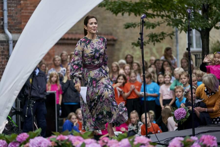 Mary de Danemark monte sur scène au festival des fleurs, à Odense, au Danemark