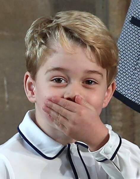 Le prince George mettant sa main devant sa bouche