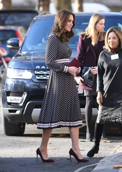 kate Middleton très chic en robe Kate Spade et pochette Mulberrry