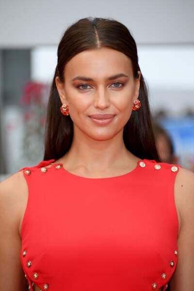 Irina Shayk, rayonnante et souriante à Cannes
