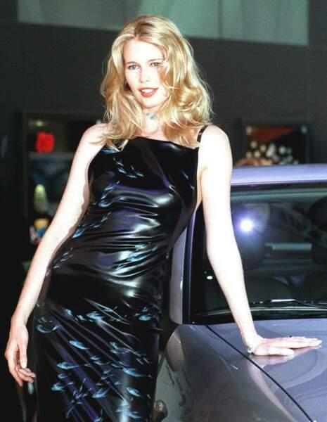 Claudia Schiffer devenait ensuite audacieuse dans les tenues comme ici, en 1999 à Barcelone.