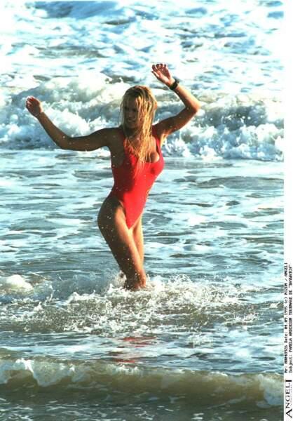Bain de mer pour Pamela Anderson