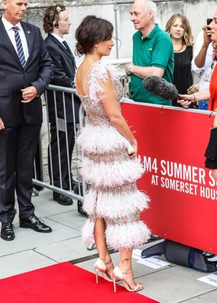 La robe de Penelope Cruz était légèrement fendue derrière, au niveau de ses jambes