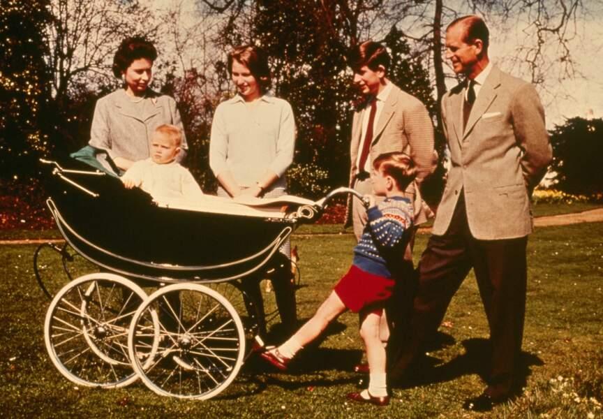 Le couple royal avec ses enfants: la Princesse Anne, les Princes Andrew et Charles, Baby Edward