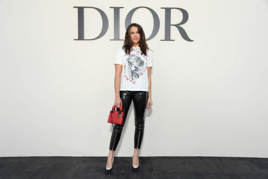 Au show Dior durant la Fashion Week de Paris, Pauline Ducruet se présente en t-shirt coton et pantalon vinyle.