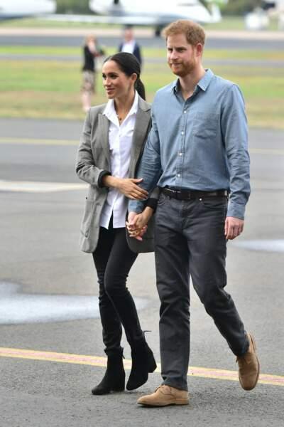 Un jean slim noir et une chemise... Un style décontracté pour Meghan Markle qui visitait une ferme le 17 octobre