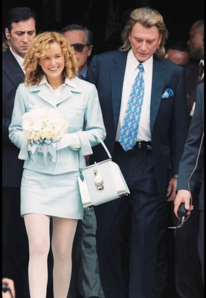 25 avril 1996, Johnny Hallyday et sa nouvelle épouse sortent de la mairie de Neuilly-sur-Seine.
