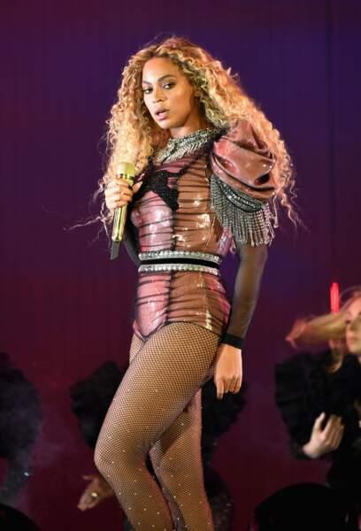 Véritable showgirl ses passages sur scène ne laissent jamais indifférents