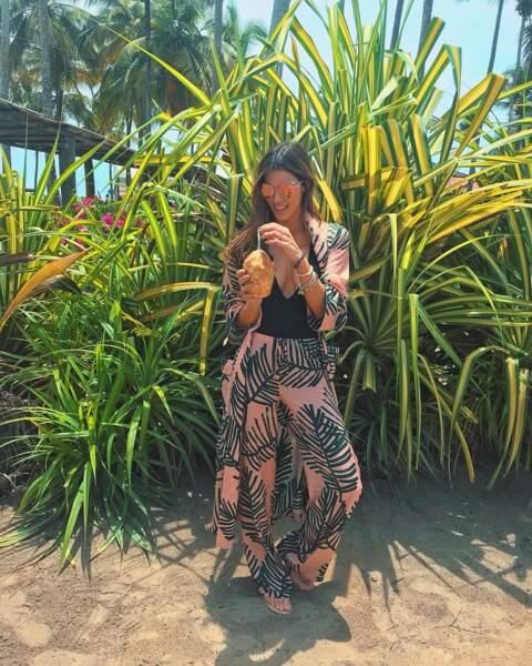 Iris Mittenaere prend la pause dans un pyjama OUD avant son départ à Dubai.