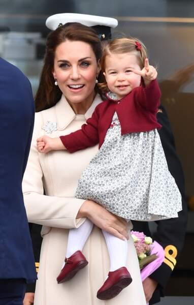 La princesse Charlotte montrant du doigt les photographes