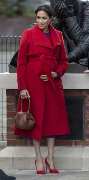 Meghan Markle enceinte en rouge et violet comme la prince Diana à Birkenhead le 14 janvier 2019.