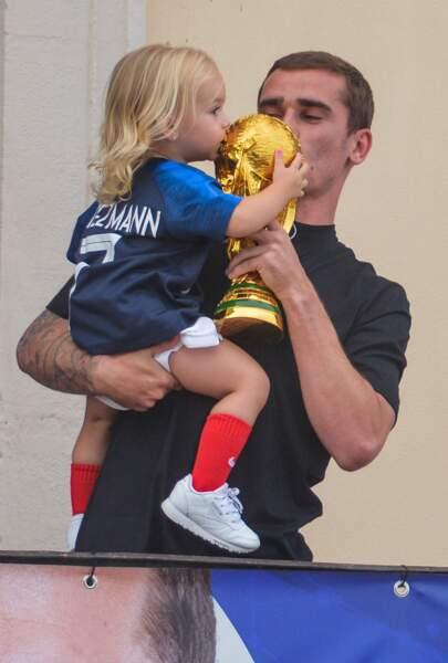 Antoine Griezmann et sa fille Mia embrassent la coupe