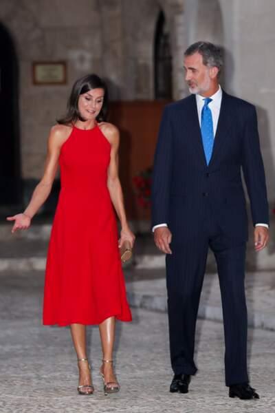 La robe rouge de Letizia d'Espagne mettait en valeur son teint hâlé