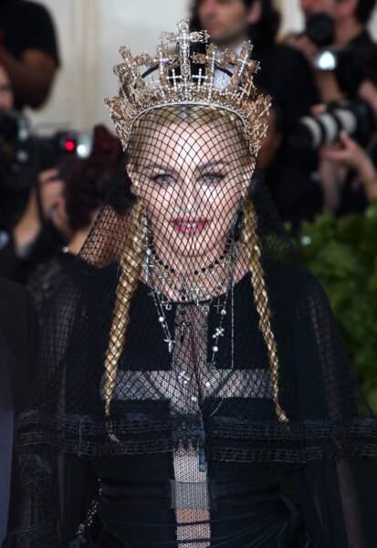 Madonna, coiffée de deux longues tresses, d'une couronne et d'un voile au Met Gala 2018