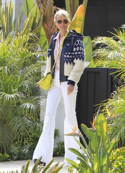 Laeticia Hallyday en jean bootcut blanc et veste en laine à Malibu, le 27 avril 2013
